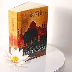 """Aktuelles #Bücherrattenbuch """"Shantaram"""" ist die Geschichte des Australiers Lin, der aus dem Gefängnis ausbricht, in Mumbai untertaucht, als Arzt im Slum arbeitet und um die Liebe seines Lebens kämpft. #Indien #Bestseller #booksofjanuary #shantaram #lovereading #epos #bestoftheday #lotus #bookstagram #instabooks #books #booknerd #bloggerstyle #bookblogger #decorhome"""