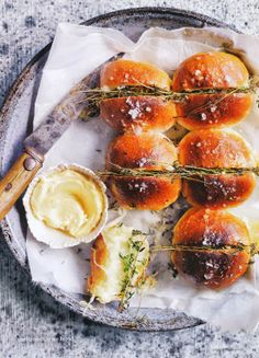 Food Photography & Food Styling Inspiration - Garlic and thyme bread Easy Dinner Recipes, Great Recipes, Favorite Recipes, Mets, Food Styling, Food Inspiration, Love Food, Tapas, Food Photography
