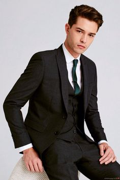 Embrace sophistication with 2 & 3 piece men's suits in slim & regular fits, while tailored styles cover your formal look. Francisco Lachowski, Famous Male Models, Suit Fashion, Mens Fashion, Charcoal Gray Suit, Cute White Guys, Look Formal, Smart Men, Stylish Boys