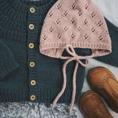 Pat Lefkovith Ankers Jakke & Rigmors Kyse 🌿 Ved I, hvad det bedste ved outfit. Baby Knitting Patterns, Knitting For Kids, Free Knitting, Baby Girl Fashion, Kids Fashion, Hand Knit Blanket, Baby Pullover, I Cord, Baby Kids Clothes