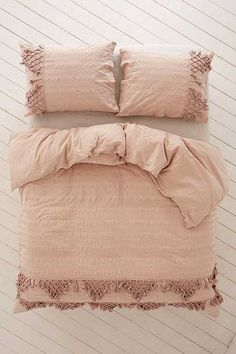 Find everything you need for your bed at UO. Shop duvet covers, quilts, comforters and bedding sets in floral, boho & tie dye patterns! Luxury Duvet Covers, Luxury Bedding Sets, Bed Duvet Covers, Duvet Covers Urban Outfitters, Cheap Bed Sheets, Bed Linen Design, Bedding Sets Online, Cozy Bed, Bed Styling