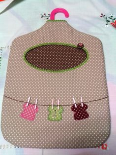 Guardapinzas Diy Craft Projects, Sewing Projects, Crafts To Sell, Diy And Crafts, Clothespin Bag, Peg Bag, Plastic Bag Holders, Baby Hats Knitting, Patchwork Bags