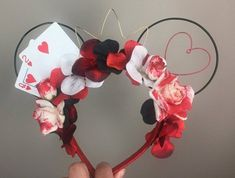 Mickey Mouse ears are an iconic staple in Disney culture. Boarding the monorail first thing in the morning and looking around at all the cool headbands that you don't have can be pretty disappointing. If you've been in this situation, check out this handy Disney Diy, Diy Disney Ears, Disney Mickey Ears, Disney Crafts, Cute Disney, Disney Babies, Disney Ears Headband, Disney Headbands, Ear Headbands