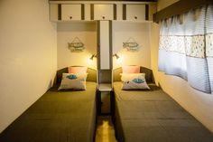 Mobil Homes en alquiler en el camping situado en primera línea de mar, en la Costa Dorada. Cinque Terre, Bunk Beds, Beach, Furniture, Home Decor, Beach Feet, El Dorado, Decoration Home, Loft Beds