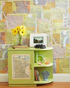 Une autre idée pour utiliser autrement la carte du monde dans votre décoration  est de l'utiliser comme papier peint. Ainsi, vous pourrez facilement revêtir un pan de mur ou la porte d'un placard avec.