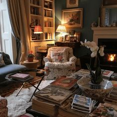 Best Cottage Room Decor & Design For Warm Holiday 32 English Cottage Style, English Country Decor, English Cottage Interiors, English Interior, English Style, English Cottage Decorating, English Country Cottages, Modern Country, Cottage Living Rooms