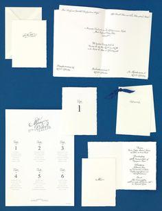 Edle Kartenserie im Kalligraphie-Stil mit gerissenen Rändern und passendem Sitzplan von CARTE ROYALE bei www.weddingstyle.de