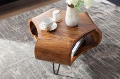 A CAMBER dohányzóasztal különleges és exkluzív. A csodás rózsafából készült asztalt hajlított kialakítása teszi igazán magával ragadóvá. A fekete fém lábak fiatalossá teszik a bútordarabot. Minden asztal egyedi, kézzel készítet