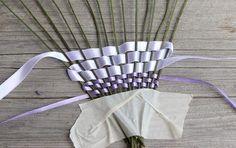 Pridala som tri rady fialovej, potom začala širšou bielou, už som si strážial,a by začiatok bol nad prvou stonkou, rovnako bude v treťom rade, nad poslednou. Lavender Wands, Lavender Crafts, Lavender Garden, Lavander, Flower Ornaments, Garden Ornaments, Holiday Fun, Christmas Holidays, Arts And Crafts
