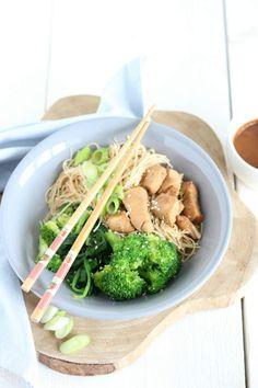 Noedels met pittige pindasaus, kip, broccoli en spinazie. Makkelijke maaltijd voor doordeweeks.