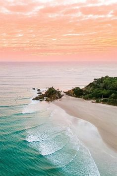 15 activities to try in Byron Bay while holidaying with kids - Vogue Australia Beach Aesthetic, Travel Aesthetic, Wallpaper Praia, Image Bleu, Places To Travel, Places To Go, Art Blue, Images Esthétiques, Pretty Beach