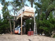 """Http://www.paracordist.com Thought I'd seen all sorts of #hunting... But not the travel trailer """"tree"""" stand!! LOL"""