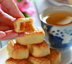 my bare cupboard: Sonia's melt-in-your-mouth pineapple tarts using condensed milk Taiwan Pineapple Cake, Pineapple Tart, Baking Recipes, Cookie Recipes, Dessert Recipes, Asian Desserts, Just Desserts, No Bake Cookies, No Bake Cake