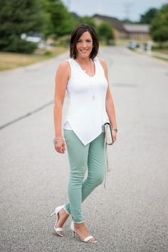 What to Wear with Mint Jeans... click through for lots of cute ideas for tops to wear with your pastels!