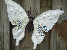 Een mooie witte vlinder met allerlei soorten glasmozaiek.
