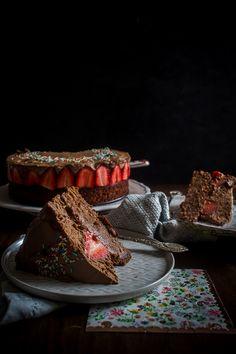 Ζουμερό σοκολατένιο κέικ για βάση, φρέσκιες φράουλες στη μέση και από πάνω, απόλυτα σοκολατένια μους, και έχεις μπροστά σου την τέλεια τούρτα σοκολάτα με φράουλες. Chocolate Strawberry Cake, Tiramisu, Cakes, Ethnic Recipes, Desserts, Food, Tailgate Desserts, Chocolate Strawberry Pie, Deserts