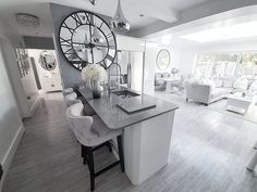 Suuri peilikello saarekkeen päässä olealla seinustalla ja kromin kiilto tuovat näyttävää kontrastia sisustukseen. How To Plan, Living Room, Kitchen, Home, Open Plan Living, Renovations, Home Decor, Room