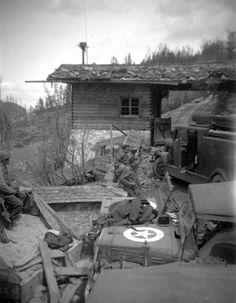 Poste de garde à l'entrée du Berghof. Les américains attendent le feu vert pour monter?