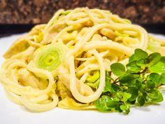 Nejdříve si dáme vařit špagety do osolené vody s trochou oleje (proti slepení). Nakrájíme si kuřecí maso na nudličky, osolíme, opepříme a orestujeme na ole... Spaghetti, Foods, Ethnic Recipes, Food Food, Food Items, Noodle