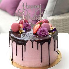 Happy pink birthday 🎂 | פשוטה ויפה 🎉💕🍓 #gargeran #dripcake #chocolate #cake #birthdaycake #strawberry #macarons #vanilla