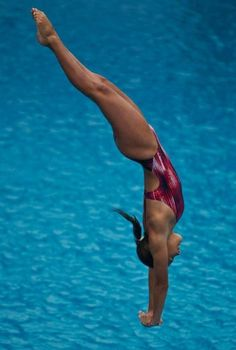 Image may contain: one or more people and outdoor High Diving, Swimming Diving, Women's Diving, Foto Sport, Diving Springboard, Pool Picture, Synchronized Swimming, Athletic Girls, Surf
