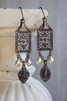 Vintage assemblage earrings religious medals pearls ornate vintage earrings assemblage jewelry- by French Feather Designs. Vintage Jewelry Crafts, Jewelry Art, Beaded Jewelry, Jewelry Accessories, Jewelry Design, Fashion Jewelry, Unique Jewelry, Rustic Jewelry, Found Object Jewelry