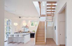 Hohe Decken und bodentiefe Fenster in heller Küche. Das klingt nach einem Erfolgsrezept für jedes Haus. Sieh Dir an wie Du ein altes Haus renovieren kann