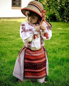 RO: Fetita in costum popular romanesc EN: Little girl in in traditional Romanian costume