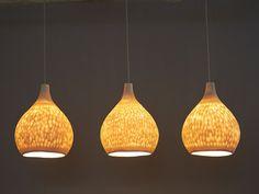 Ces suspensions sont faites de moulage en porcelaine translucide. La porcelaine courbe et percée crée un effet spécial quand la lumière est allumée. Ces suspendus lumières creat une atmosphère chaleureuse et élégante. Il peut être accroché au dessus de votre table de salle à
