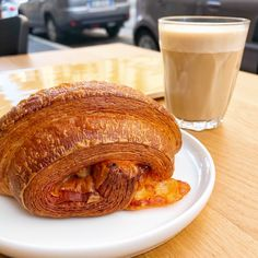 The opening of several multi-faceted bakeries has gradually shifted the breakfast culture of the Lombard capital. Hotel Breakfast Buffet, Wood Burning Oven, Coffee Shot, Clay Oven, Air Fryer Dinner Recipes, Milk And Cheese, Sweet Pastries, Italian Dishes, Bakeries