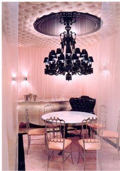 es un comedor negro y rosa. El comedor se situa en la planta baja
