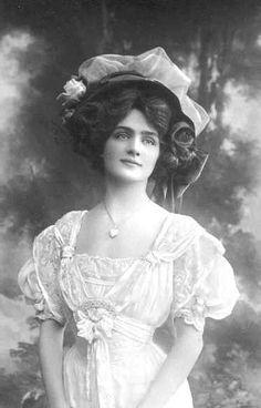 Keziah looks like this – Bayan Lily Elsie - Edwardian Fashion Moda Vintage, Vintage Mode, Vintage Girls, Vintage Dresses, Vintage Outfits, Victorian Women, Edwardian Era, Edwardian Fashion, Vintage Fashion