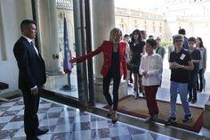 Le groupe, précédé de la première dame, Brigitte Macron pénètre dans le bâtiment