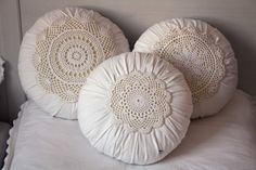 pillows in neutral colors Shabby Chic Cushions, Vintage Pillows, Diy Pillows, Floor Pillows, Throw Pillows, Crochet Cushions, Pin Cushions, Shabby Vintage, Vintage Decor
