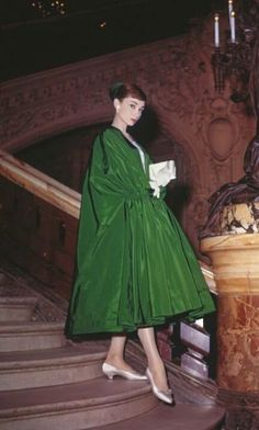 Audrey Hepburn poses dramatically on the Grand Staircase of Palais Garnier in Paris while filming Funny Face. Evening cloak and dress by Givenchy. Audrey Hepburn Givenchy, Audrey Hepburn Mode, Audrey Hepburn Photos, Audrey Hepburn Clothes, Audrey Hepburn Funny Face, Aubrey Hepburn, Audrey Hepburn Fashion, Look Retro, Look Vintage