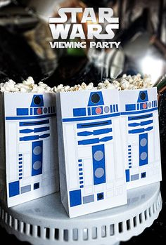All you need is a color printer to create custom R2-D2 popcorn bags for your Star Wars Viewing Party//