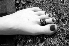 Henna Ring on toes, super cute! by ellawayfarer.com