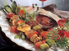 Makoisat liha-kasvisvartaat ja valelukastike Ratatouille, Food And Drink, Dinner, Ethnic Recipes, Koti, Red Peppers, Dining, Food Dinners, Dinners