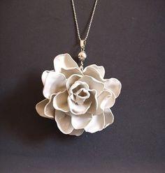 Plastic Spoon Flower Necklace http://www.handimania.com/diy/plastic-spoon-flower-necklace.html