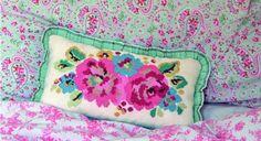 Ce joli motif de bouquet de fleurs au point de croix est à réaliser sur un coussin. Dans des teintes estivales gaies, il sera parfait sur un canapé ou un lit. Le matériel – 30 x 45 cm de ...