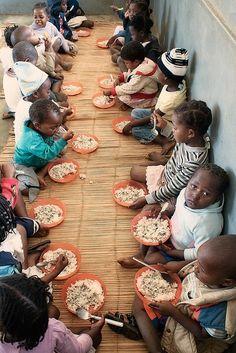 Cena de niños africanos.