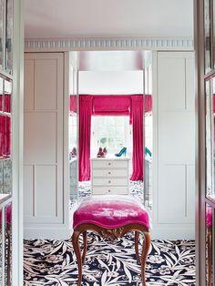 Un vivienda llena de glamour: vestidor con cortinas