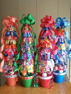 Candy trees - love the sports themes! Best diy christmas gifts homemade for kids 14 - Life Hack How do you break up a fight between two dogs? Help them war Homemade Christmas Gifts, Christmas Candy, Xmas Gifts, Homemade Gifts, Cute Gifts, Diy Gifts, Party Gifts, Candy Arrangements, Candy Trees