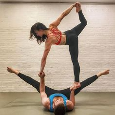 This method seems to be looking awesome acro yoga for beginners Acro Yoga Poses, Bikram Yoga, Partner Yoga, Pilates Training, Pilates Workout, Workouts, Yoga Pictures, Yoga Dance, Yoga Benefits