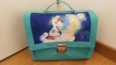 Un cartable pour le CP - L atelier couture de Sosso - Tissu(s) utilisé(s) : toile luggage turquoise,doublure en coton, mousse sur résille, coupon illustré en toile déperlante - Patron Sacôtin : Quadrille