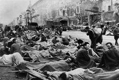Berlin 1945 Verwundetenlager auf der Straße : An der Straße Unter den Linden versorgen...