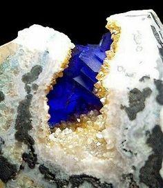 Azurite 5.BA.05  Cu 3 (CO 3 ) 2 (OH)2 5: Karbonate (NITRATES)  B: Karbonate mit zusätzlichen Anionen, ohne H 2 O  A: Mit Cu, Co, Ni, Zn, Mg, Mn