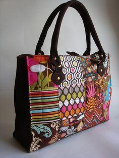 Bolsa Sacola com divisoria interna e um bolso com ziper. R$ 135,00