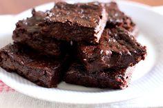 Este brownie lindo e suculento foi feito só com estes 3 ingredientes: bananas + chocolate em pó + fermento