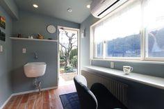 【#ミサワホームイングデザインリフォーム 】 奥様専用の家事室兼趣味室を増築。約3畳半の細長いスペースはアンティーク塗装の床材に、ブルーグレイ色の壁紙を組み合わせ、明るく柔らかな雰囲気の空間に仕上げました。 趣味の洋裁をしたり、家事をしたり、居心地の良さは、在宅時のほとんどをここで過ごされるほど。勝手口脇に設置した多目的シンクは、大きくて深さがあるので、浸け置き洗いや泥の洗い流しなど一台あると重宝します。カウンター下にはオイルヒーターを設置し、サッシはペアガラスにして、冬の寒さ対策も万全。 #リフォーム #リノベーション #住まい #インテリア #インテリアデザイン #インテリアコーディネート #増築 #家事室 #ユーティリティ #趣味室 #カウンター #家事カウンター #アンティークフローリング #オイルヒーター #ペアガラス #戸建リフォーム #戸建リノベーション #家事コーナー #ユーティリティルーム #多目的シンク #洗濯流し #勝手口 #ミサワホームイング #intelimia